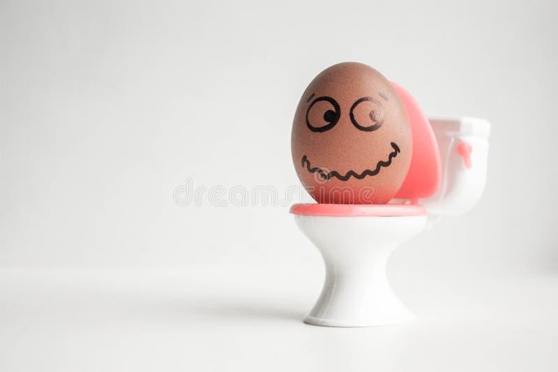 Ein Ei mit einem gemalten Gesicht Nettes Ei foto lizenzfreie stockfotos