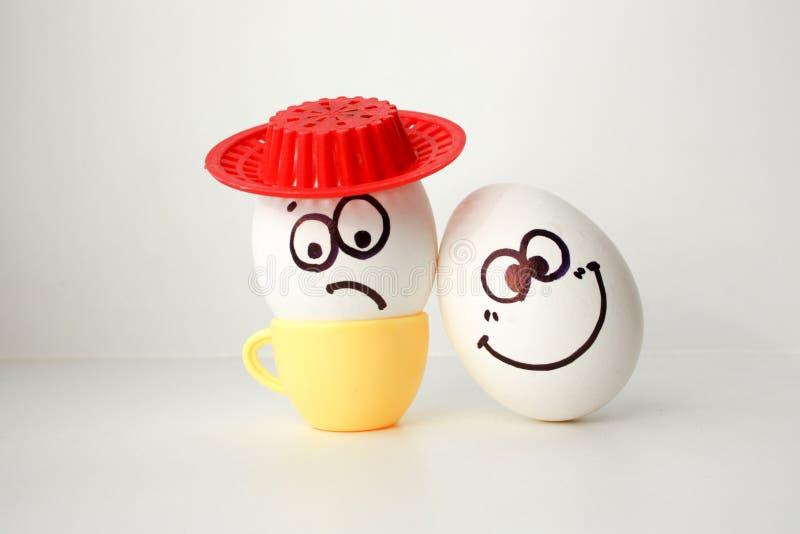 Ein Ei mit einem Gesicht Lustig und süß TRAURIG IM HUT lizenzfreie stockfotos