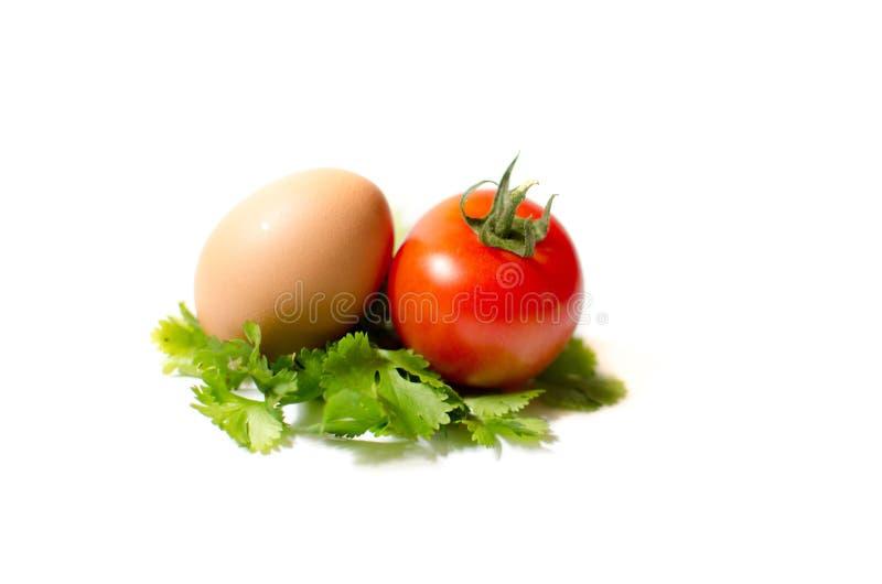 ein ei und eine tomate auf einem blatt von parshley stockbild bild von teller mittagessen. Black Bedroom Furniture Sets. Home Design Ideas