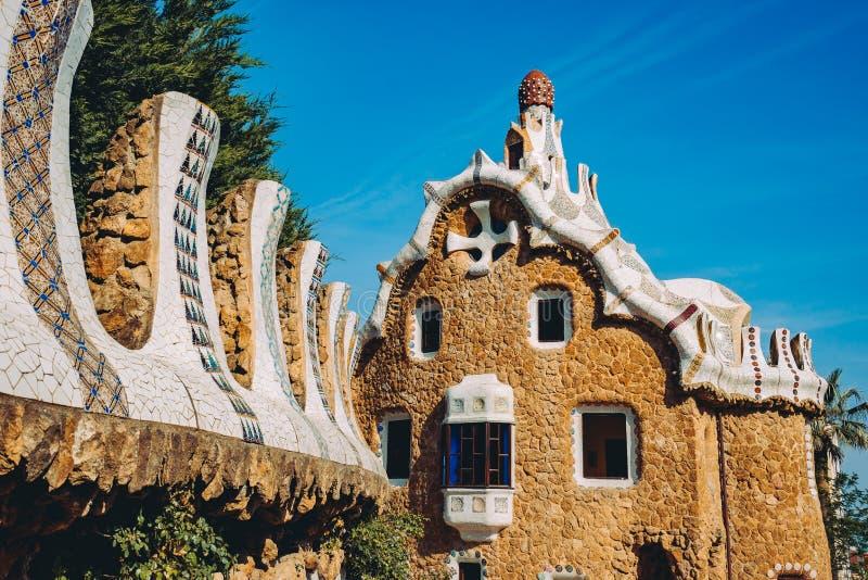 Ein eines bunten Mosaikgebäudes im Park Guell, wenn warmes Sun-Licht, Barcelona, Spanien geglättet wird lizenzfreie stockfotografie
