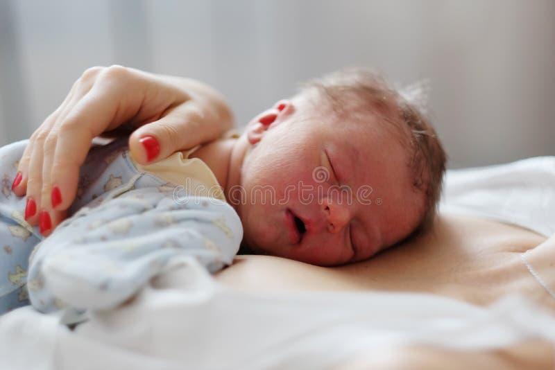 Ein eines-Tag-alt neugeborenes Baby mit Mutter lizenzfreie stockfotos