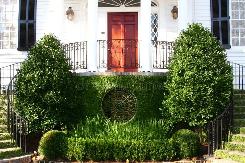 Ein Eingang zu einer historischen Villa in der im Stadtzentrum gelegenen Putzfrau stockfotografie