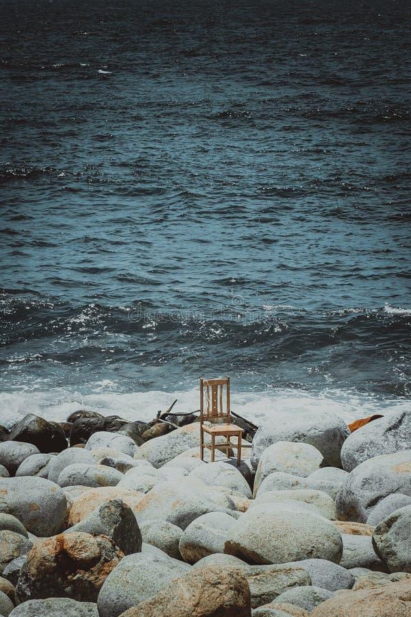 Ein einsamer Schemel an der Küste stockfotos