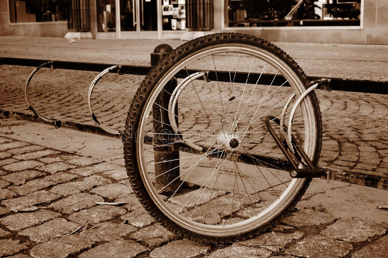 Ein einsames Fahrrad drehen innen eine Straße lizenzfreie stockfotografie