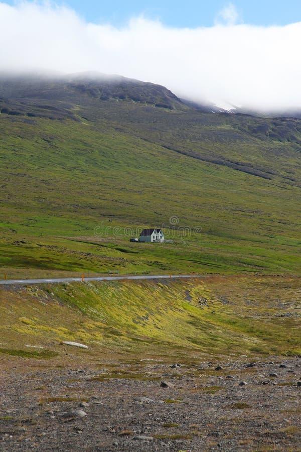 Ein einsames Haus in den isländischen Bergen lizenzfreie stockbilder