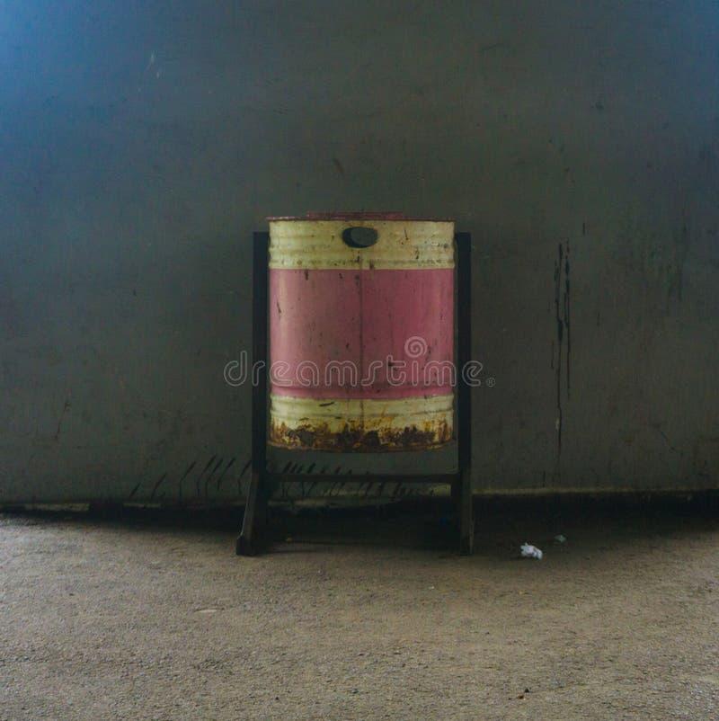 Ein einzelner Abfalleimer hergestellt vom Zink Foto eingelassenes Jakarta Indonesien stockfoto