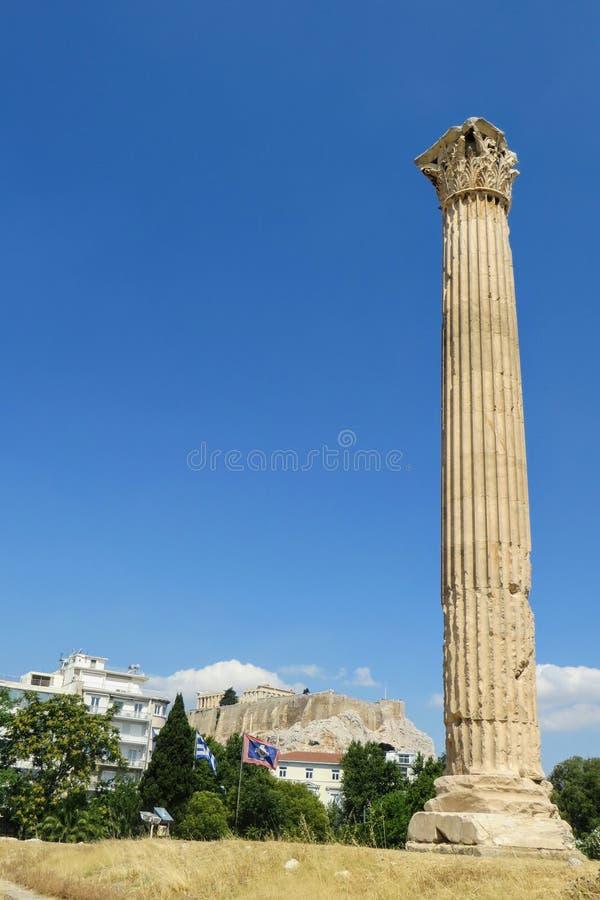 Ein einzigartiger und interessanter Ausblick auf eine stehende Stehsäule des Zeustempels in Athen, Griechenland lizenzfreies stockbild