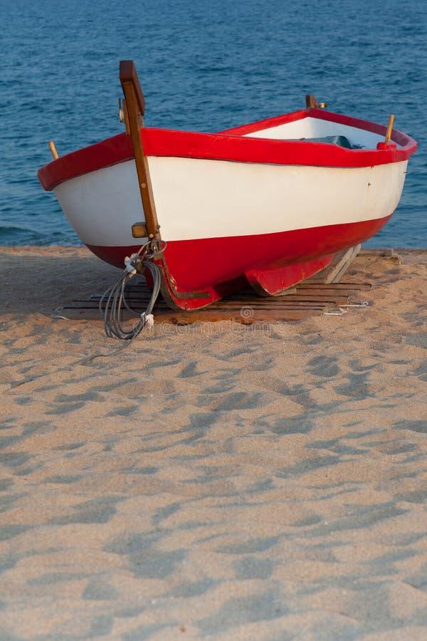 Ein einziges Boot auf Sonnenuntergang stockfotos