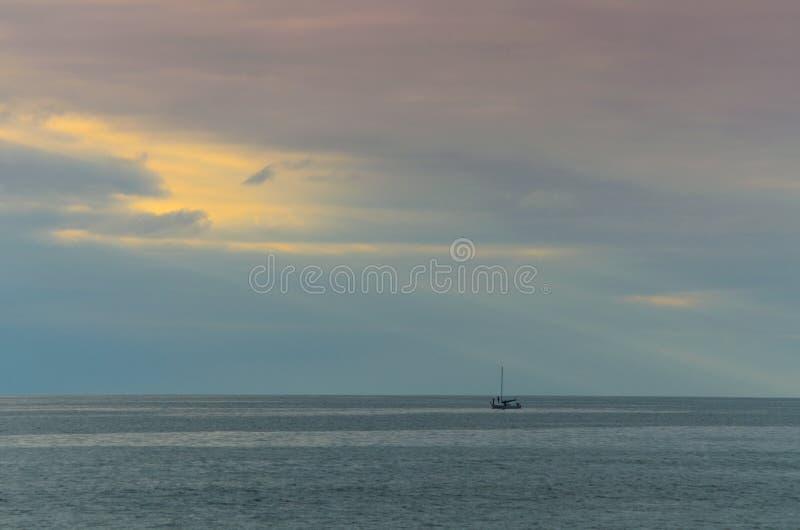 Ein einziges Boot in Meer oder Ozean technisch stockfotos