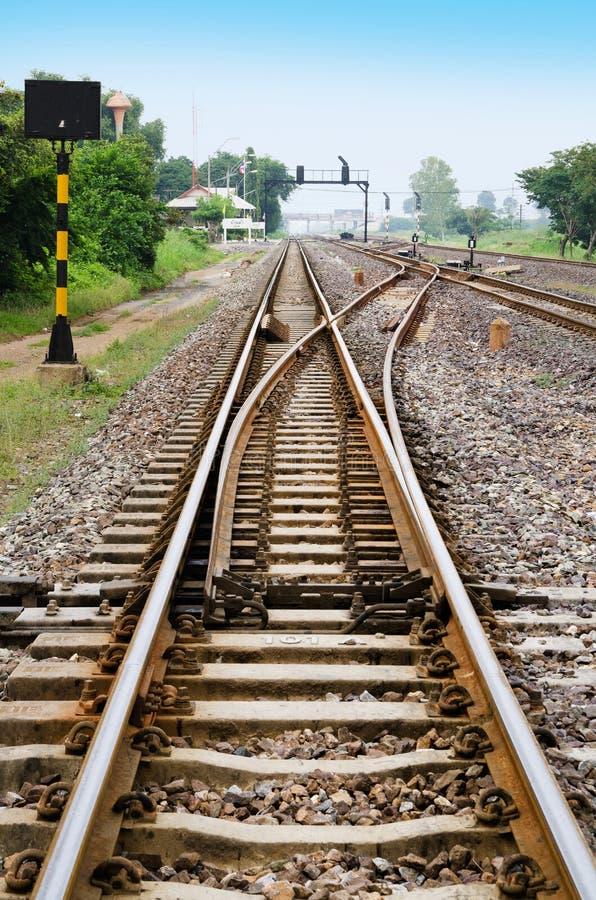 Ein Eisenbahnlinieschalter mit blauem Himmel stockfoto