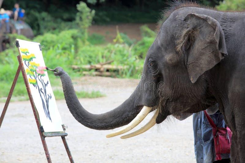 Ein Elefant zeichnet ein Bild stockbild