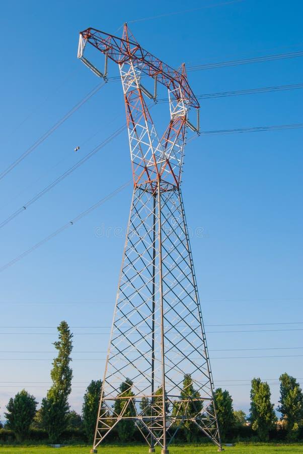 Ein elektrischer Mast und blauer Himmel lizenzfreie stockfotos