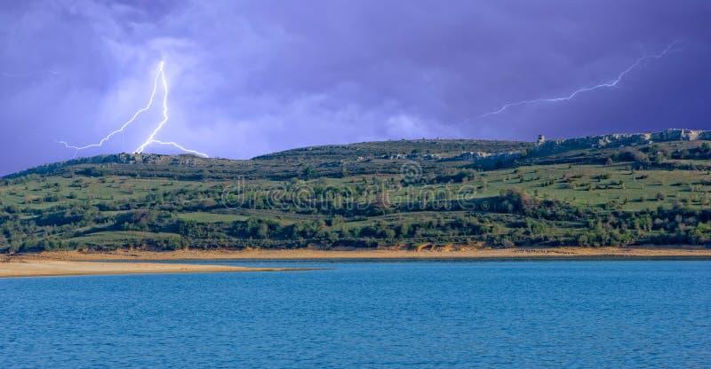 Ein elektrischer Sturm über dem blauen See lizenzfreies stockfoto