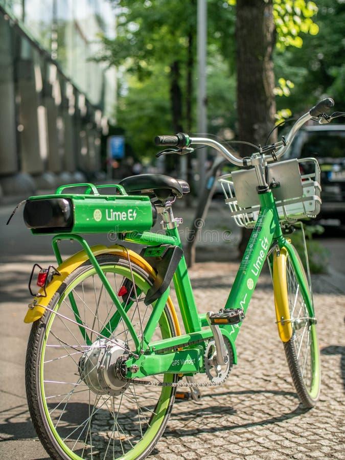 Ein elektrisches Fahrrad des Kalkes-e auf einem Bürgersteig in Berlin, Deutschland lizenzfreie stockbilder