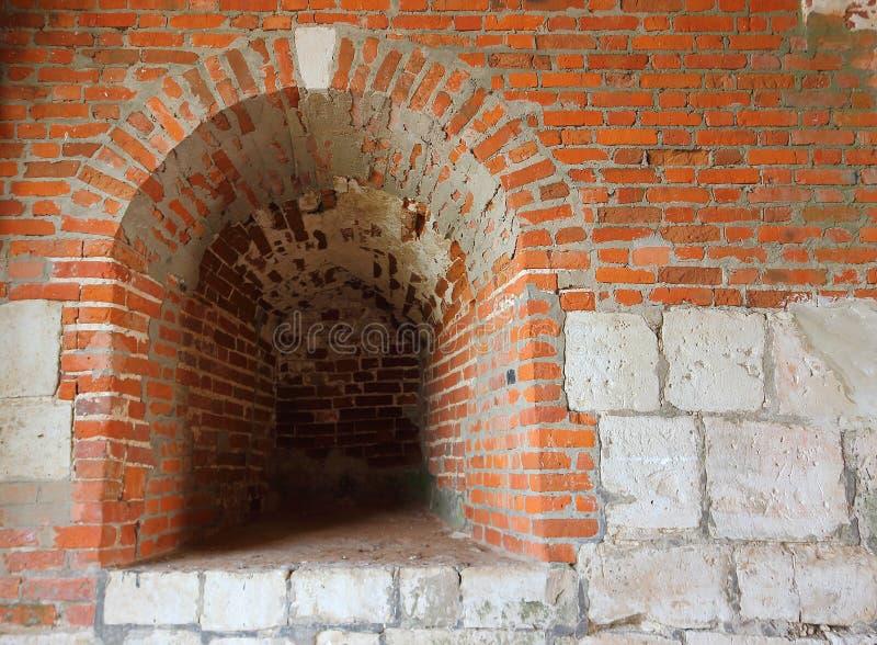 Ein Embrasure in der alten Wand der Festung lizenzfreie stockbilder