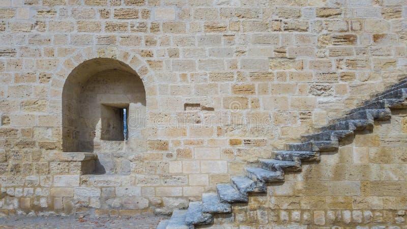 Ein Embrasure und ein Treppenhaus auf der Steinwand von einem alten für stockfotos
