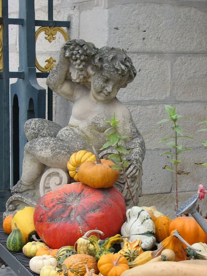 Ein Engel mit den Geschenken des Herbstes in Paris lizenzfreies stockfoto