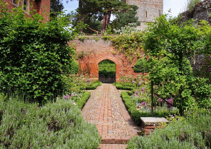 Ein englischer geummauerter Garten mit Bogen stockfoto