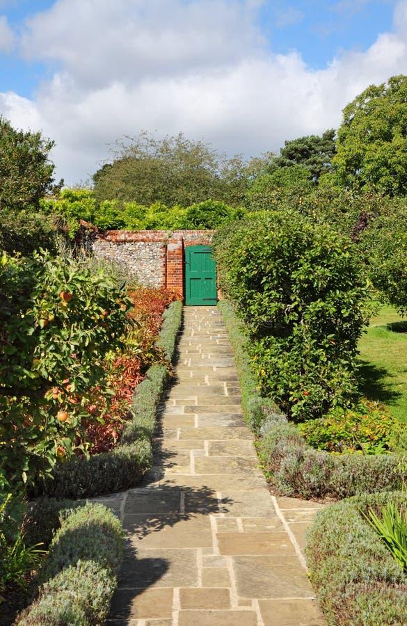 Ein englischer geummauerter Garten mit Pfad lizenzfreies stockfoto