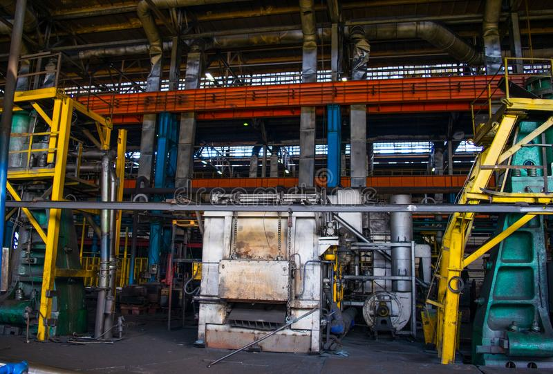 Ein enormer industrieller Brennofen für brennende Eisen- und Metallprodukte lizenzfreies stockfoto