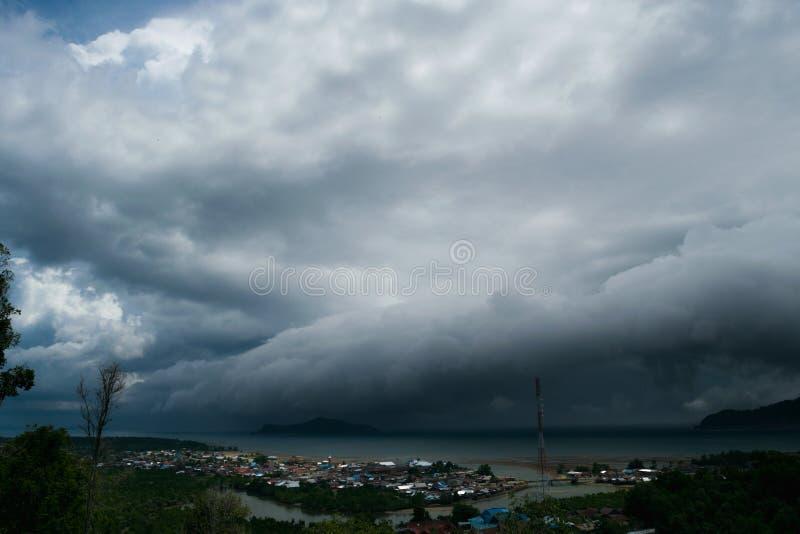 Ein enormer tropischer Sturm ungefähr, zum von Tolitoli, zentrales Sulawesi, Indonesien zu schlagen am Freitag, den 11.: 17 (GMT lizenzfreies stockfoto
