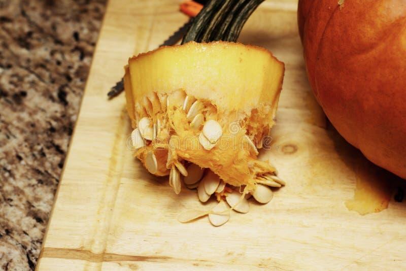 Ein entfernter Kürbisstamm bedeckt in den Eingeweiden und in den Samen lizenzfreies stockfoto