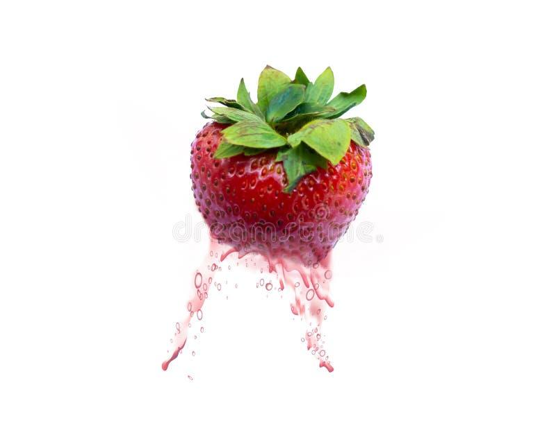 Ein Erdbeersaft auf weißem Hintergrund stockfotografie
