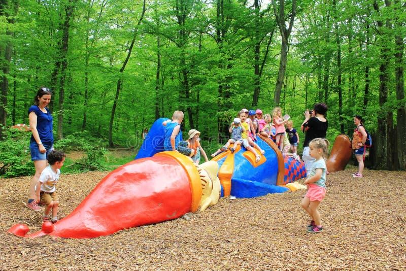 Ein erstaunlicher Spielplatz für Kind im Parc Merveilleux, Bettembourg stockbilder