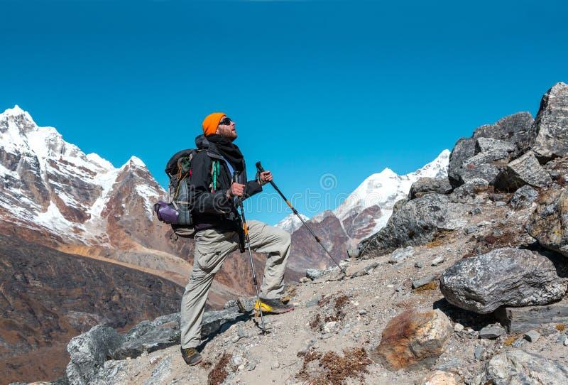 Ein erwachsener Bergsteiger, der oben auf felsiges Ridge geht stockbild