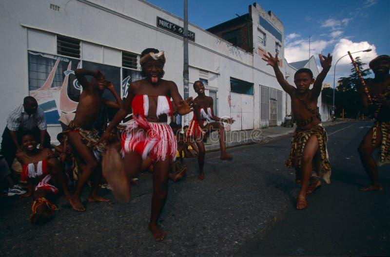Ein ethnischer Stamm, der in Johannesburg durchführt. lizenzfreie stockbilder
