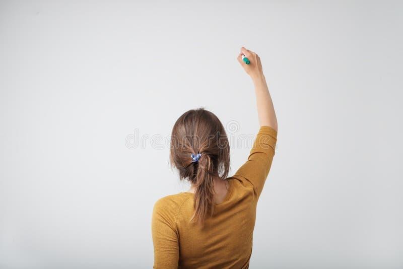 Ein europäisches Frauenschreiben etwas lokalisiert auf weißem Hintergrund stockbild