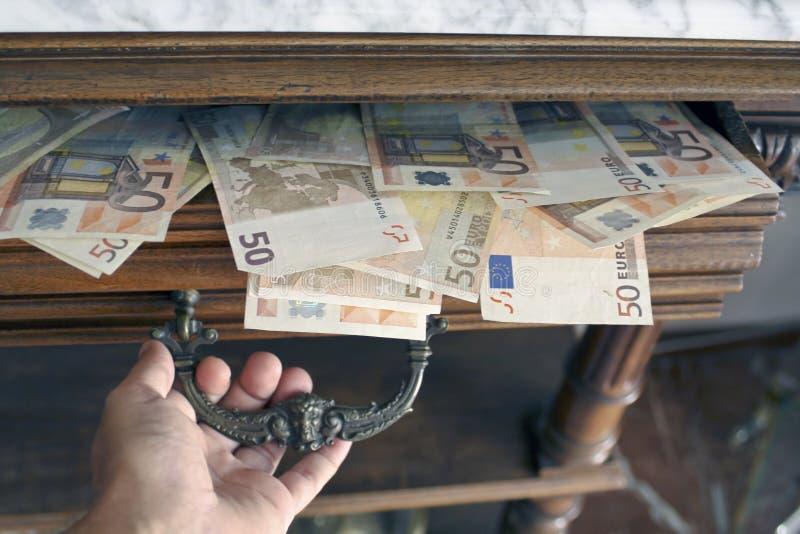 Ein Fach von fünfzig Euroanmerkungen voll öffnen stockbild