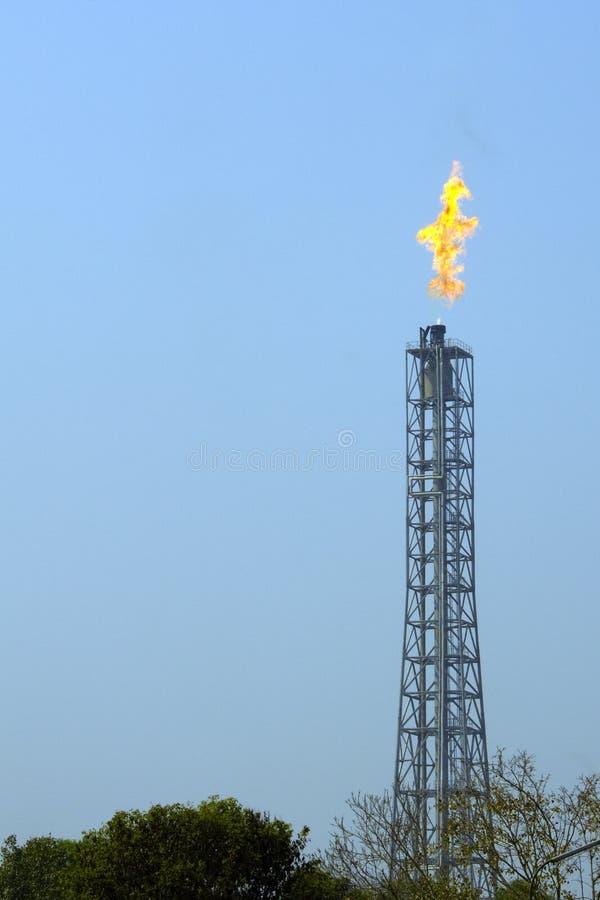 Ein Fackelrohr, das überschüssiges Gas beim Mathur aufbraucht stockfotos