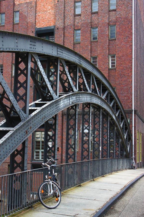 Ein Fahrrad auf einer Brücke in Hamburg stockbild
