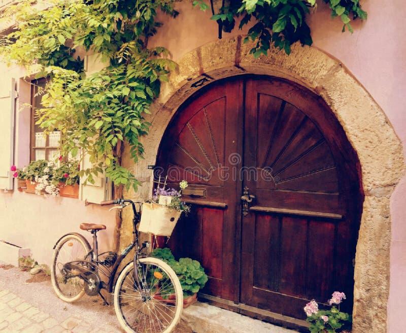 Ein Fahrrad in meiner Tür stockfotografie