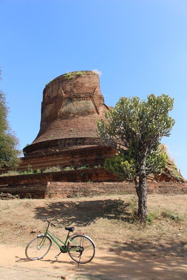 Ein Fahrrad vor etwas Ruinen in Bagan Myanmar lizenzfreies stockfoto