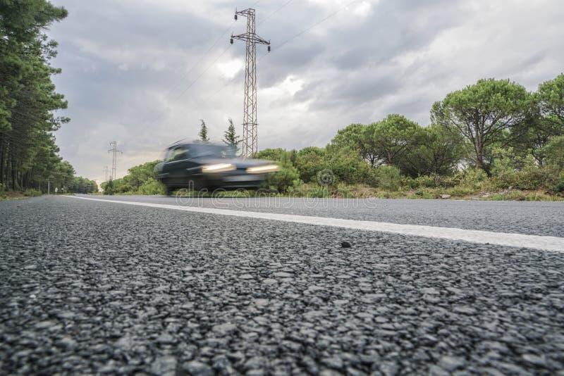 Ein Fahrzeug auf Straße stockfotos