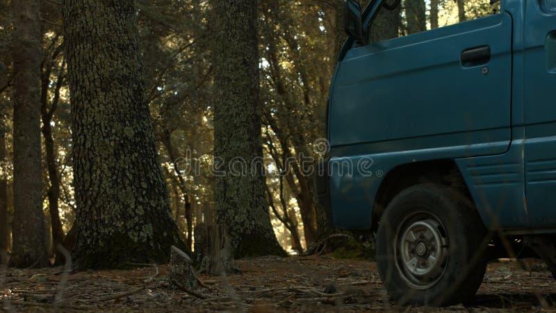 Ein Fahrzeug innerhalb des Dschungels im marokkanischen Atlas stockfotografie