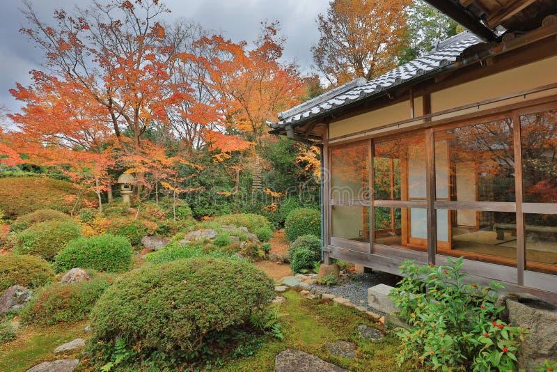 ein Fallgarten beim Genko ein Tempel lizenzfreie stockfotos