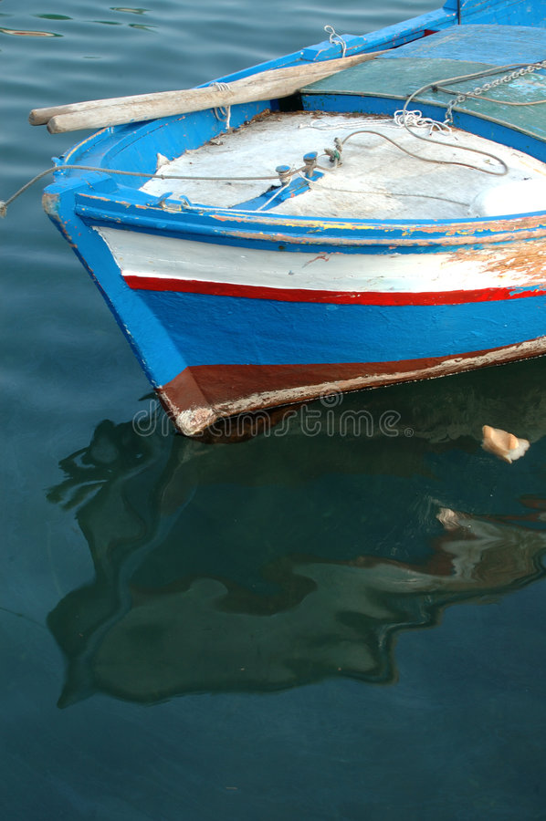 Ein farbiges Fischerboot lizenzfreie stockbilder