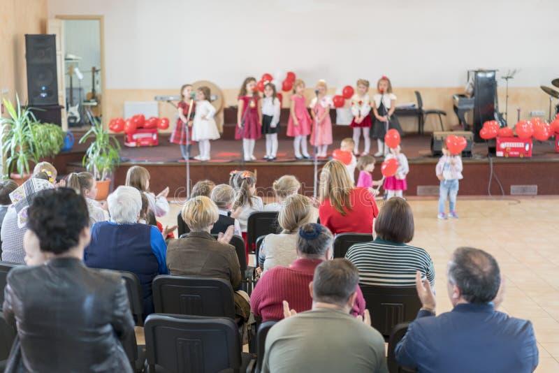 Ein Feiertag der Kinder im Kindergarten Rede von Kindern im Kindergarten in der Halle auf dem Stadium lizenzfreie stockfotos