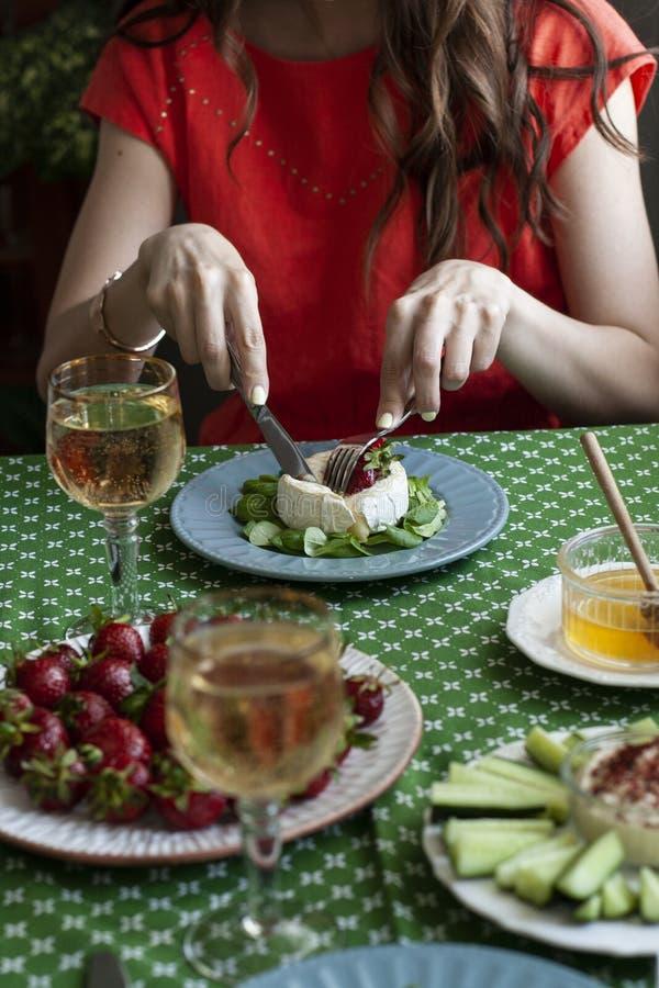 Ein Feinschmecker-Dinner für zwei Personen: gegrillte Camembert, Weißwein und verschiedene Vorspeisen lizenzfreies stockfoto