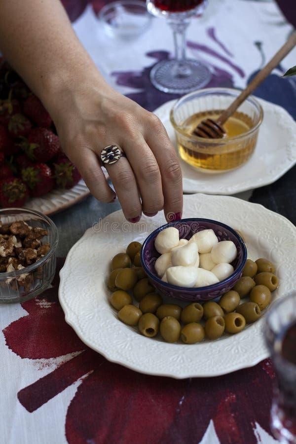 Ein Feinschmecker-Mittagessen: Verschiedene Vorspeisen mit Rotwein stockfoto