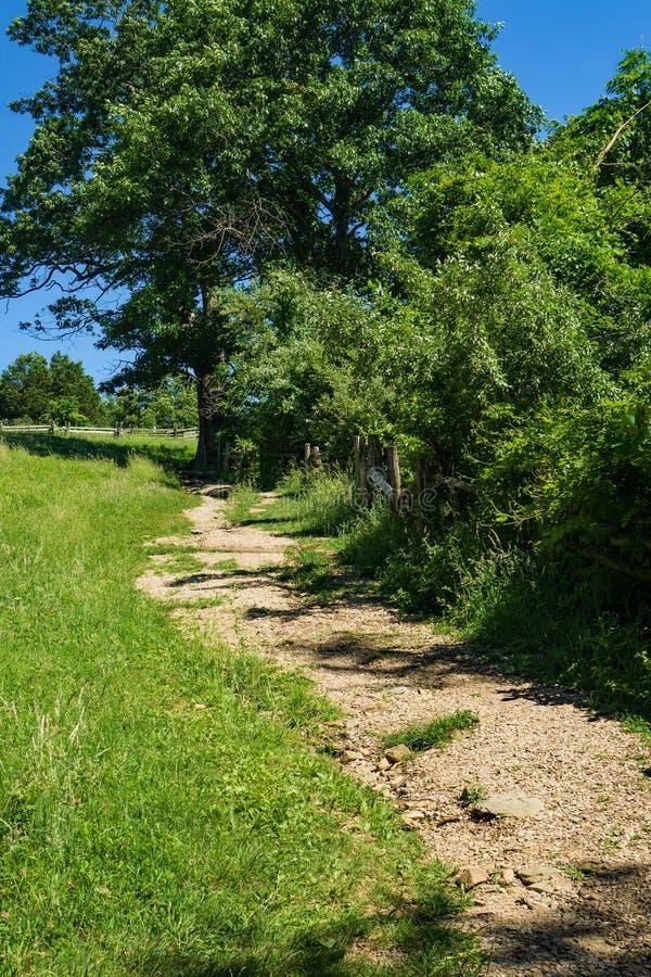 Ein Feldweg an den Buckel-Felsen bewirtschaften Museum stockfotos