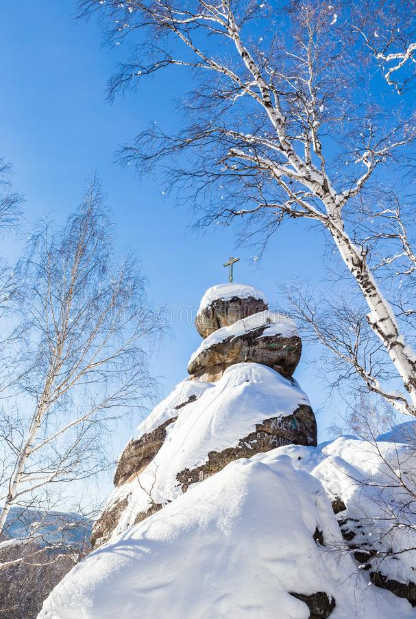 Ein Felsen mit einem orthodoxen Kreuz Gebirgskirche stockfotos