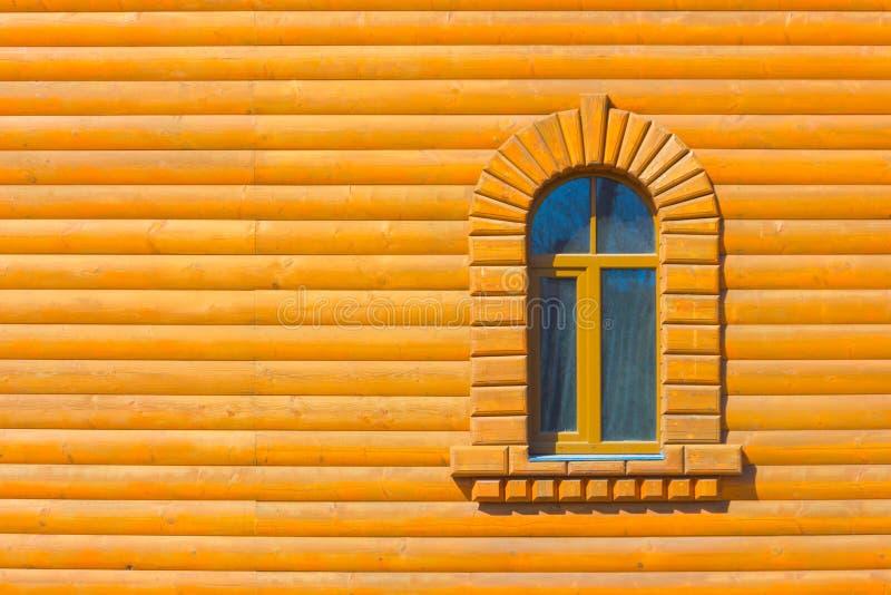 Ein Fenster auf der Wand mit einem Fenster lizenzfreies stockbild