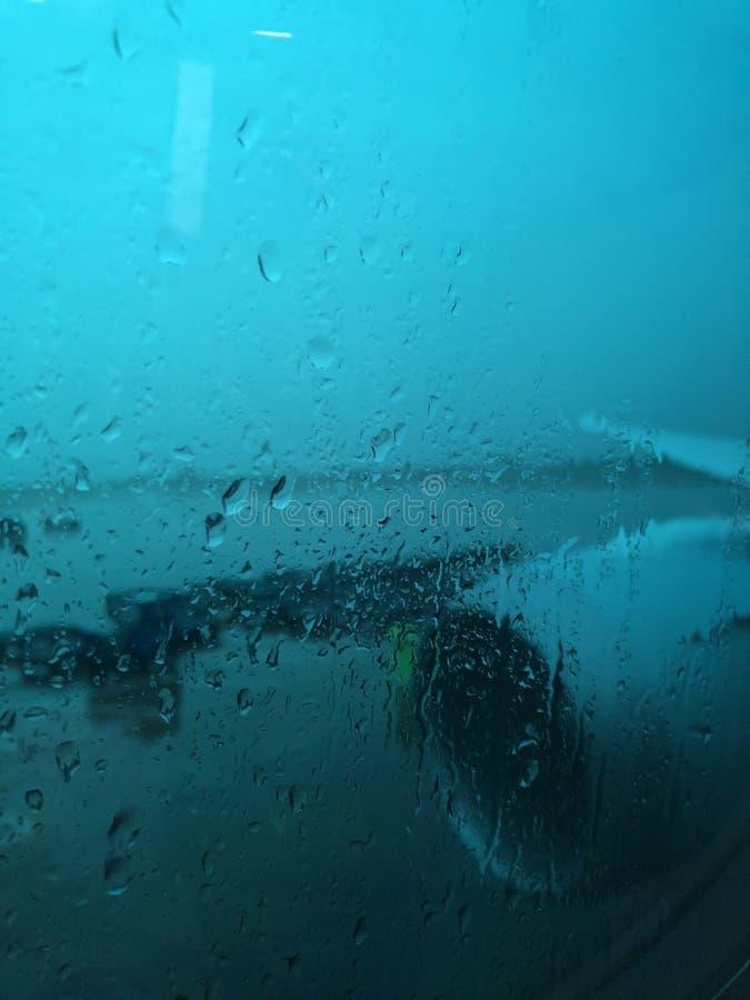 Ein Fenster an einem regnerischen Tag heraus schauen stockfotos