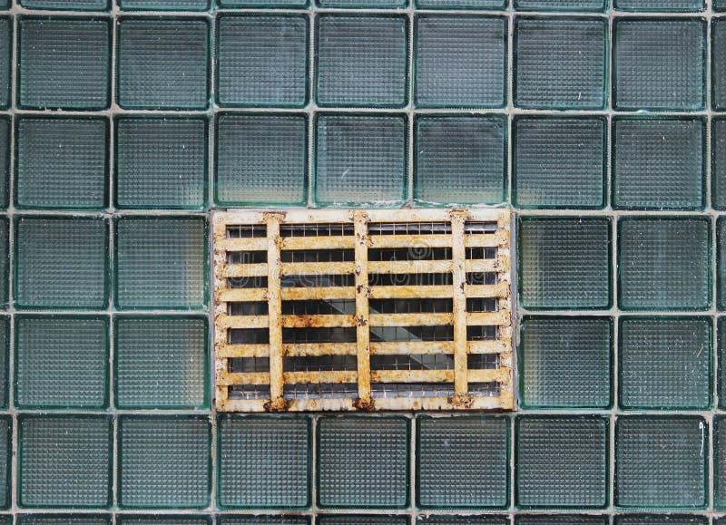 Ein Fenster in einer Glaswand hergestellt von den dickwandigen Reihenzellen stockfotografie