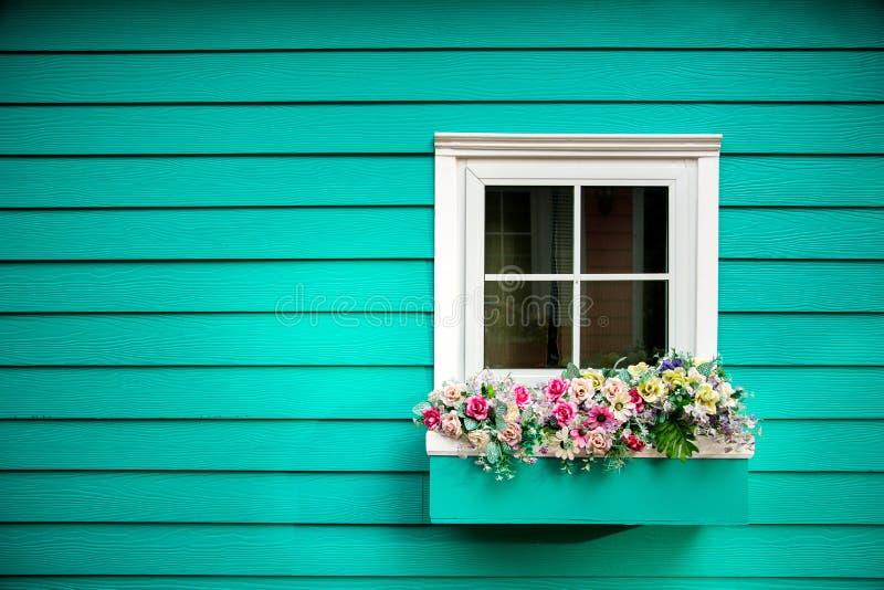 Ein Fenster Holzhaus lizenzfreie stockfotos