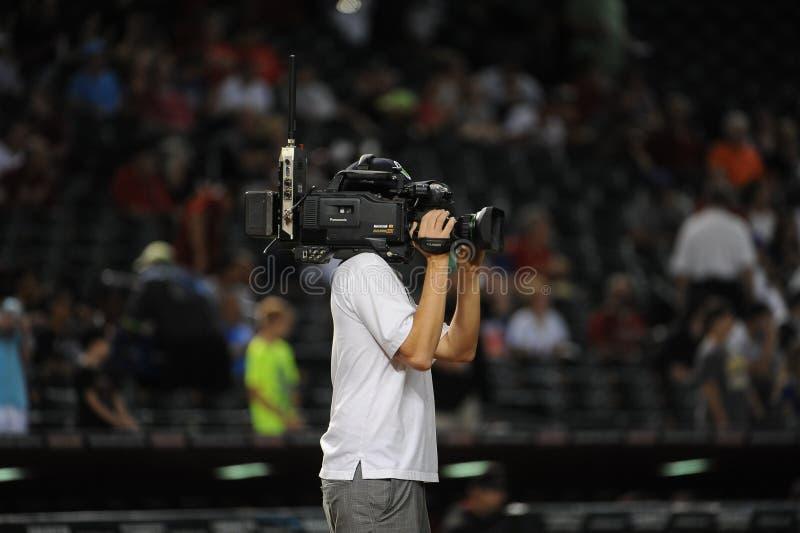Ein Fernsehkameramann, der ein Baseballspiel schießt stockfotos